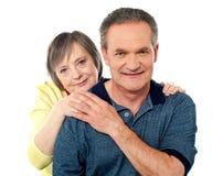Couples aînés attrayants étant espiègles Photos libres de droits