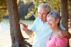 Couples aînés au lac ensemble Photo libre de droits