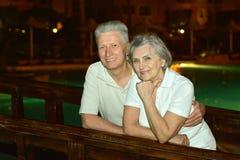 Couples aînés ayant l'amusement Photos stock