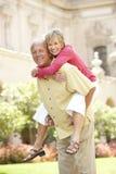 Couples aînés ayant l'amusement dans la ville Images libres de droits