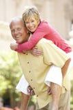 Couples aînés ayant l'amusement dans la ville Photographie stock