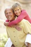 Couples aînés ayant l'amusement dans la ville photos stock