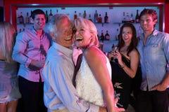 Couples aînés ayant l'amusement dans le bar occupé Photo libre de droits