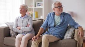 Couples aînés ayant l'argument à la maison banque de vidéos