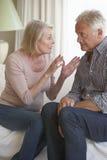 Couples aînés ayant l'argument à la maison photo stock