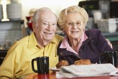 Couples aînés ayant le thé de matin ensemble Photo stock