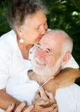 Couples aînés - baiser pour le mari Images stock
