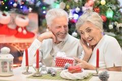 Couples aînés célébrant Noël Photographie stock