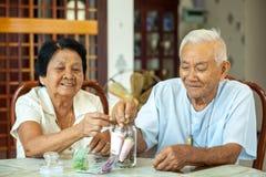 Couples aînés comptant l'argent Image libre de droits