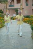 Couples aînés courant Photographie stock