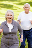 Couples aînés courant Images libres de droits
