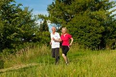 Couples aînés courant pour le sport Photographie stock libre de droits