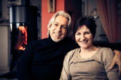 Couples aînés détendant à la maison Photo libre de droits