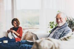 Couples aînés détendant à la maison Photos libres de droits