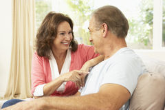 Couples aînés détendant à la maison Photos stock