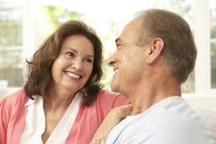 Couples aînés détendant à la maison Images stock