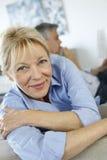 Couples aînés détendant à la maison Images libres de droits