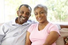 Couples aînés détendant à la maison ensemble Photographie stock libre de droits