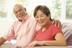 Couples aînés détendant à la maison ensemble Photos libres de droits