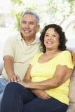 Couples aînés détendant à la maison ensemble images libres de droits