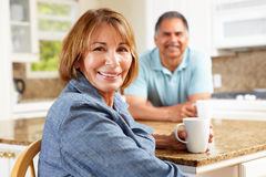 Couples aînés détendant dans la cuisine Photos stock