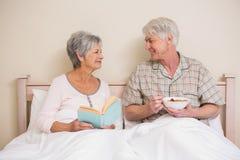 Couples aînés détendant dans le bâti Images stock