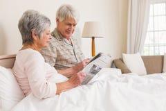 Couples aînés détendant dans le bâti Photos libres de droits