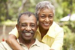 Couples aînés détendant dans le jardin Photos libres de droits