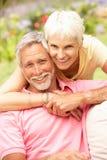 Couples aînés détendant dans le jardin Images stock