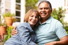 Couples aînés détendant dans le jardin Images libres de droits