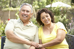 Couples aînés détendant dans le jardin ensemble Photographie stock libre de droits
