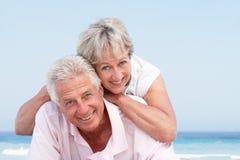 Couples aînés détendant des vacances de plage Image libre de droits