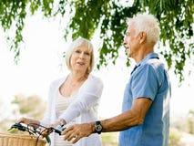 Couples aînés détendant en stationnement Images libres de droits