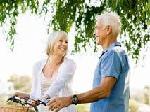 Couples aînés détendant en stationnement Image stock