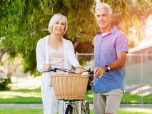 Couples aînés détendant en stationnement Photos stock