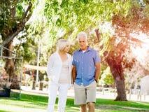 Couples aînés détendant en stationnement Image libre de droits