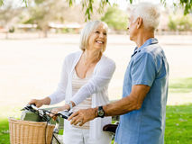 Couples aînés détendant en stationnement Photographie stock
