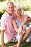 Couples aînés détendant ensemble en stationnement Images stock