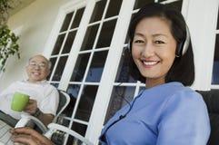 Couples aînés détendant sur le porche Images stock