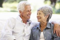 Couples aînés détendant sur le sofa à la maison Images stock