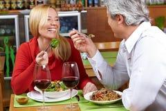 Couples aînés dînant Images stock