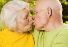 Couples aînés dans l'amour à l'extérieur Photographie stock