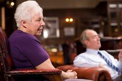 Couples aînés dans l'hôtel Photographie stock
