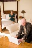 Couples aînés dans la chambre d'hôtel Photo stock