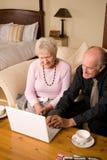 Couples aînés dans la chambre d'hôtel Photo libre de droits