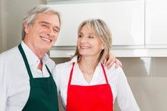 Couples aînés dans la cuisine Photos stock