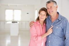 Couples aînés dans la maison neuve Images stock