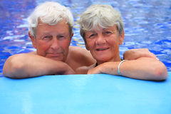 Couples aînés dans la piscine. Photos libres de droits