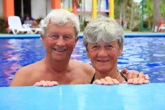 Couples aînés dans la piscine. Photographie stock
