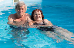 Couples aînés dans la piscine Photos libres de droits